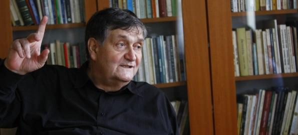 """""""Mesaj către tineri: Redescoperiţi literatura!"""". Cartea lui Alex. Ştefănescu va fi lansată şi la Oradea"""