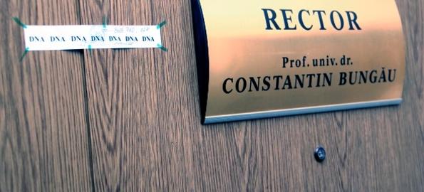 Rector după gratii. Constantin Bungău scos cu cătușe pe mâini din sediul DNA Oradea!