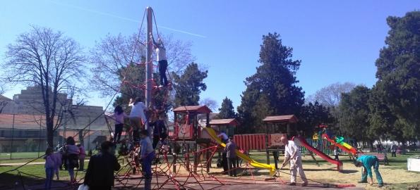 Bucurii pentru copii. Aparate noi de jucat, în parcuri