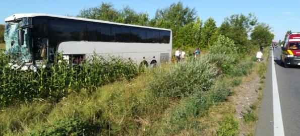 Accident cumplit pe DN 1. Un Mercedes a intrat sub un autocar, șoferul murind strivit!